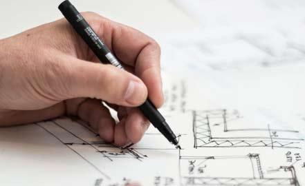 architecte dessinant un plan de maison
