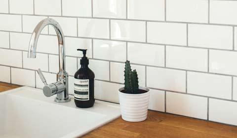 carreaux de salle de bains et lavabo