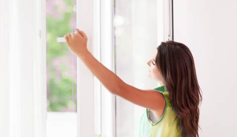 jeune femme ouvre la fenêtre