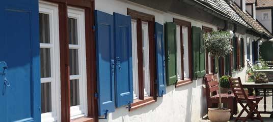 fenêtres et volets bleus