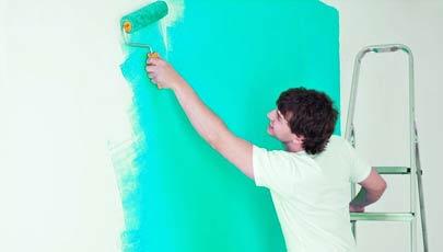 peintre travaillant sur un mur