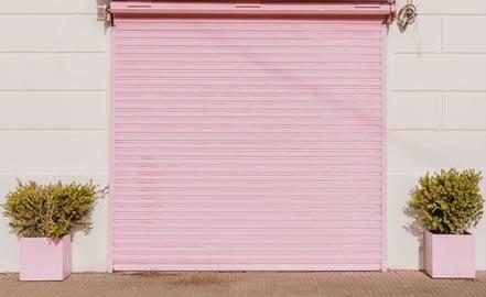porte de garage peinte en rose