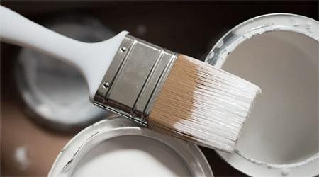 pinceau et peinture blanche