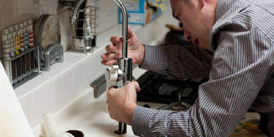 plombier professionnel en train de réparer