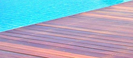 Terrasse de piscine en composite bois