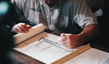 architecte travaillant sur un plan de maison