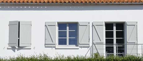 volets blancs de maison