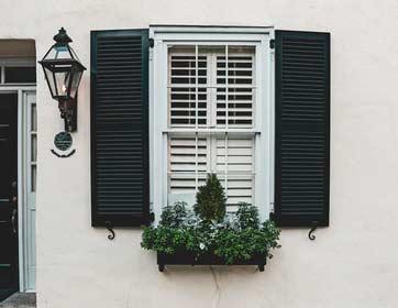 volets noirs de fenêtre
